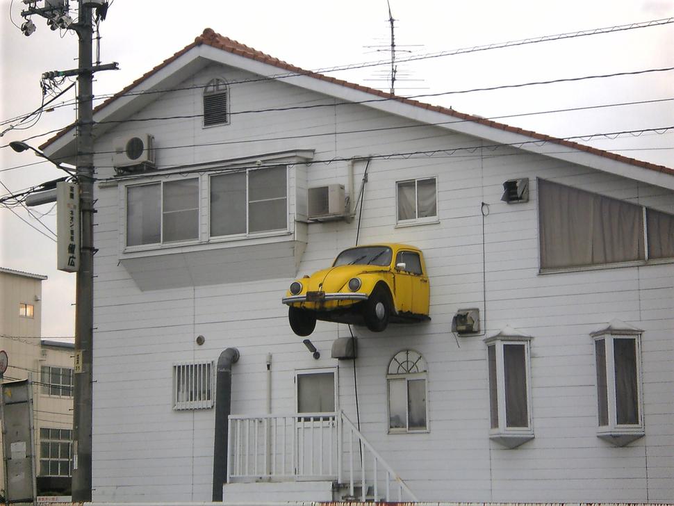 飛び出すアパート おもしろ看板デザイン