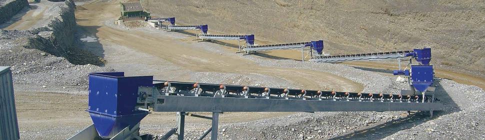 Förderband statt Lastwagen - der Transport des Kieses zum naheliegenden Werk erfolgt umweltschonend und geräuscharm.