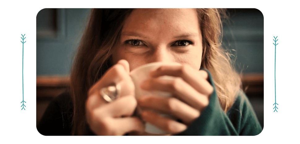 Frau entspannt bei einer Tasse Tee
