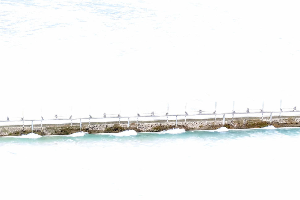 The image shows an overexposed photo of the Aare weir near the old town of Bern.