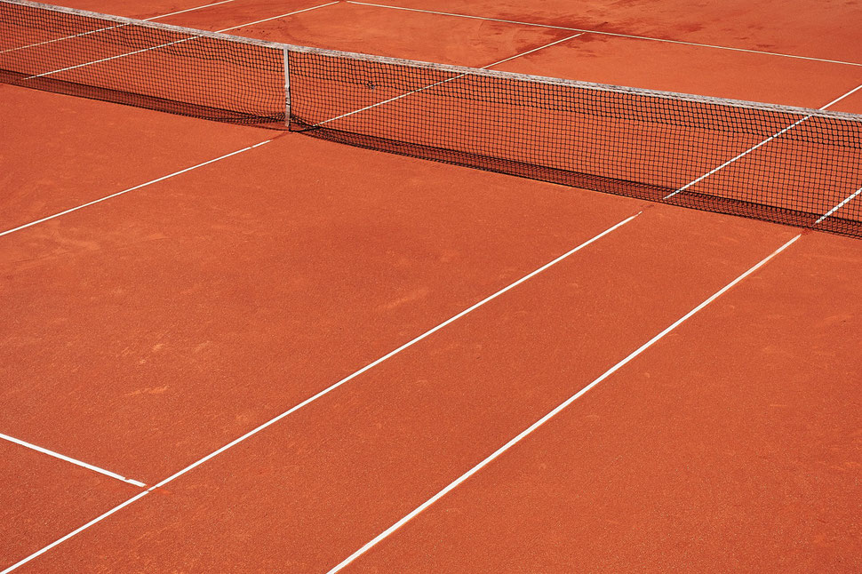 The image shows a bird's eye view of a clay tennis court.