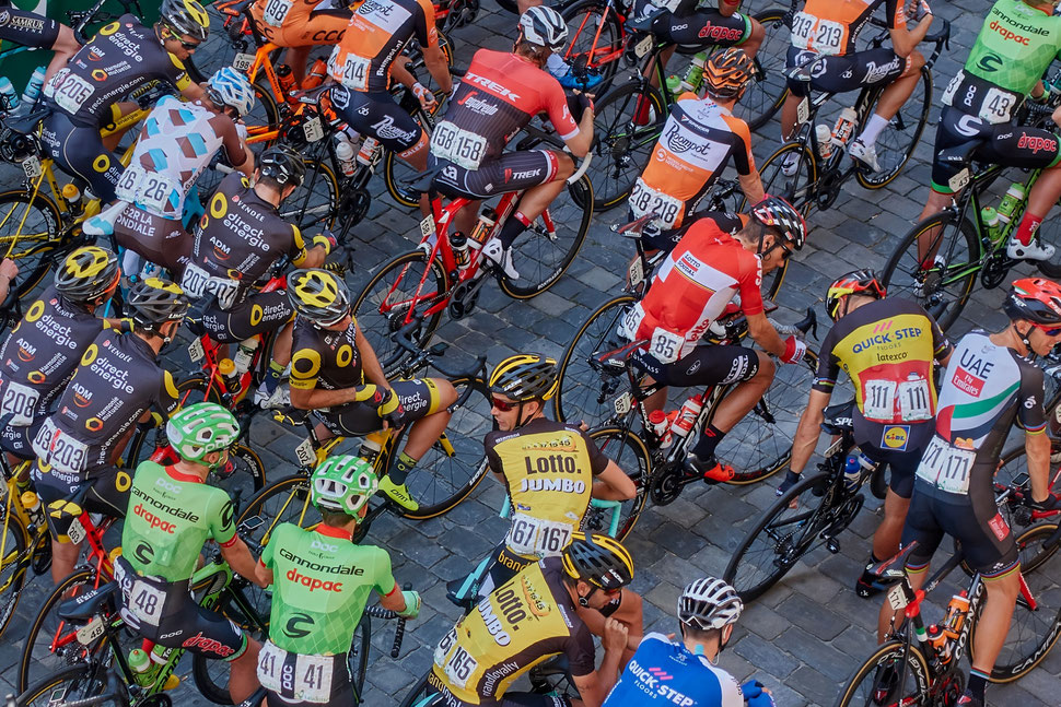 The image shows the aerial photograph of many bike racers waiting for the start.