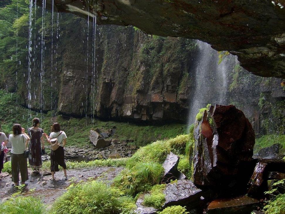少々服が濡れても冷たくて気持ち良い。間近で見る阿弥陀ヶ滝も迫力いっぱい