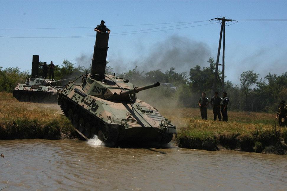 Ces TAM argentins effectuent un exercice de franchissement. Le chef de char prend place au dessus du schnorkel et guide son pilote lors de la traversée
