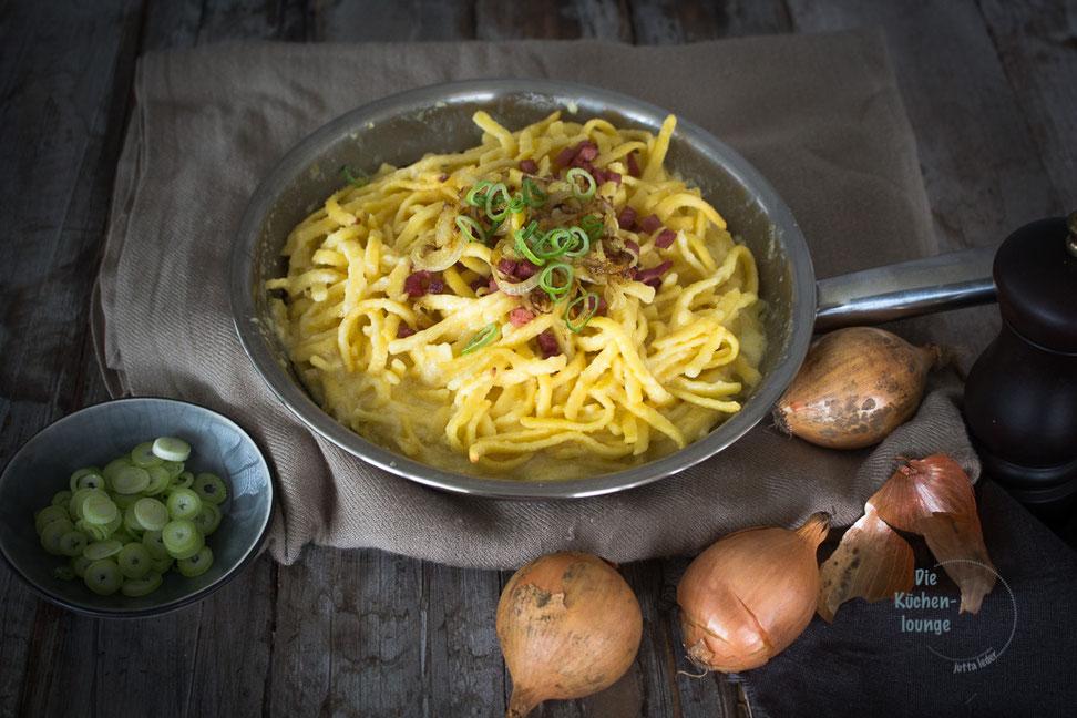 Kaes-Spaetzle-mit-Speck-und-geroesteten-Zwiebeln