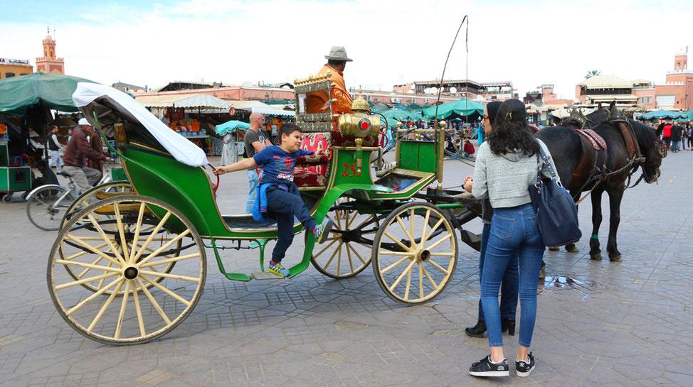 Pferdekutsche auf dem Djemaa el Fna.