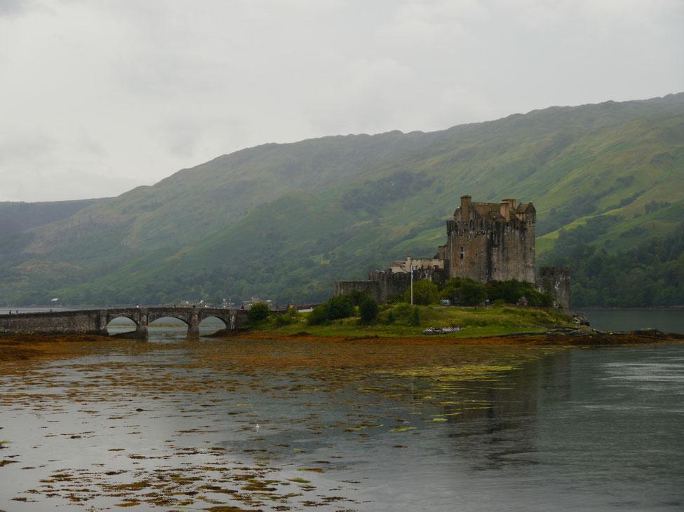 Eilean Donan Castle auf der kleinen Gezeiteninsel umgeben von Loch Duich, Loch Long und Loch Alsh
