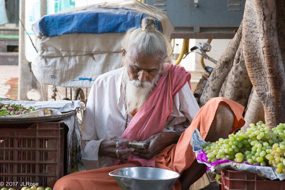 Brahmane et marchand ambulant de fruits et légumes (Bhuj - Inde)