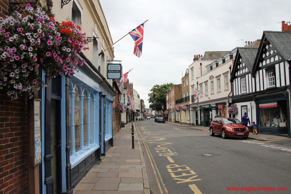 Blick entlang der historischen High Street von Eton, Berkshire, England.