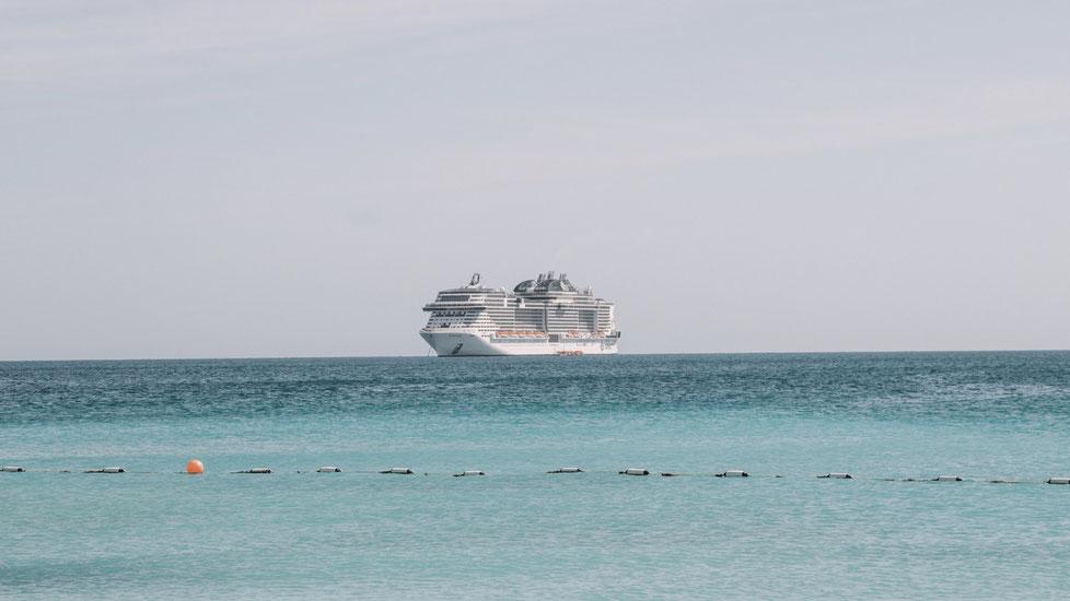 MSC Bellissima von MSC Kreuzfahrten vor Sir Bani Yas Island (Abu Dhabi)