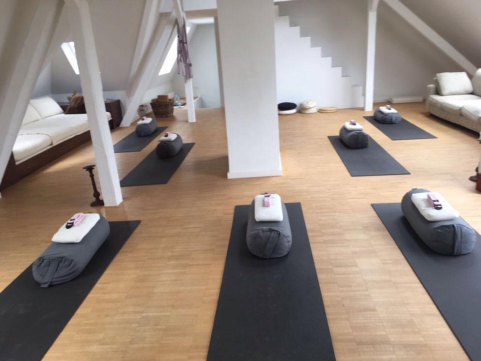 Der Dienstags Kurs findet im Yogastudio Livingyoga in der Cranachstrasse 6 in Düsseldorf Flingern statt.