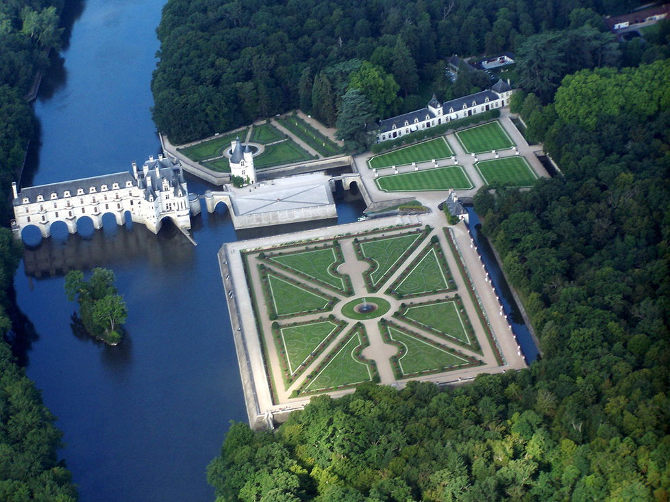 photo Wikipedia (https://fr.wikipedia.org/wiki/Ch%C3%A2teau_de_Chenonceau#/media/File:Chateau_de_Chenonceau,vue_d%27avion..JPG)
