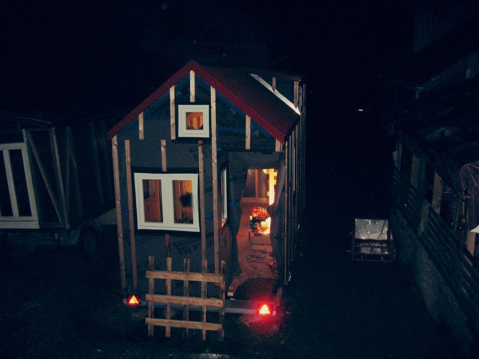 Tiny House bei Nacht