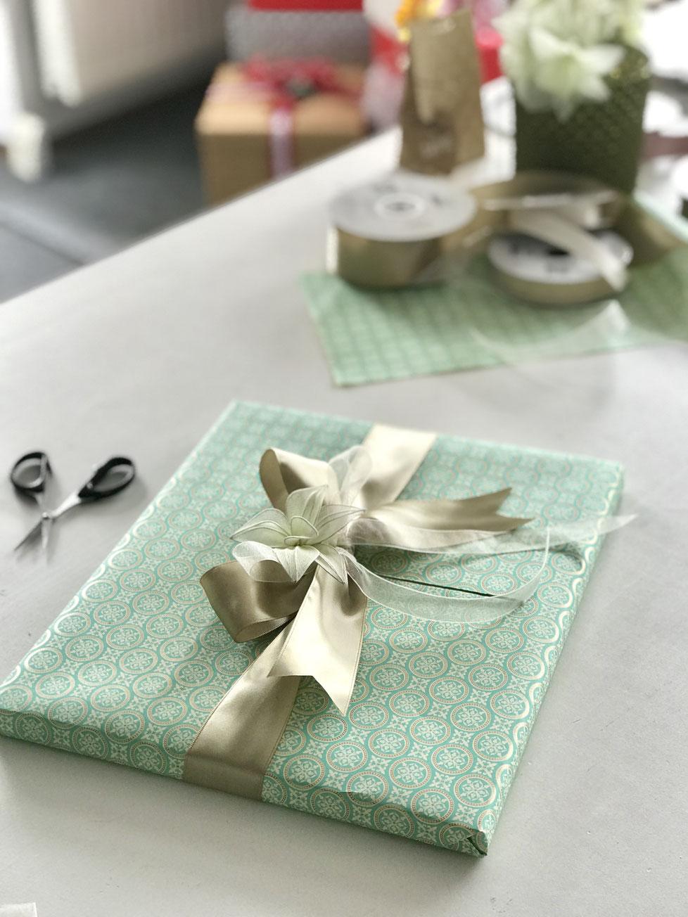Geschenkpapier gemustert grün