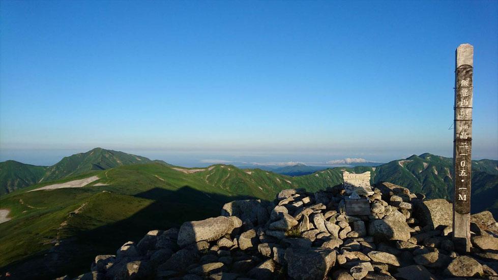早朝の飯豊山山頂(2,105.2m) 左手に飯豊連峰最高峰の大日岳(2,128m)
