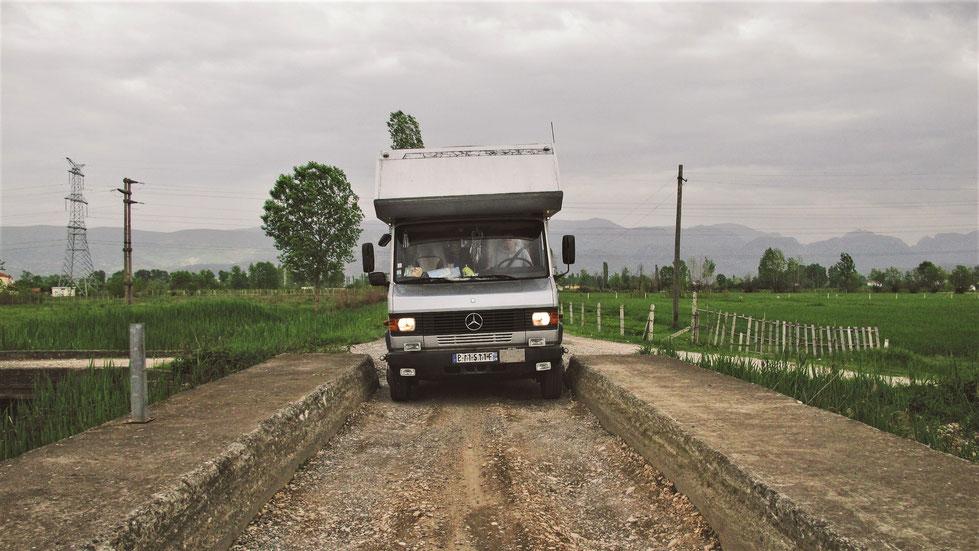 bigousteppes camion mercedes route albanie