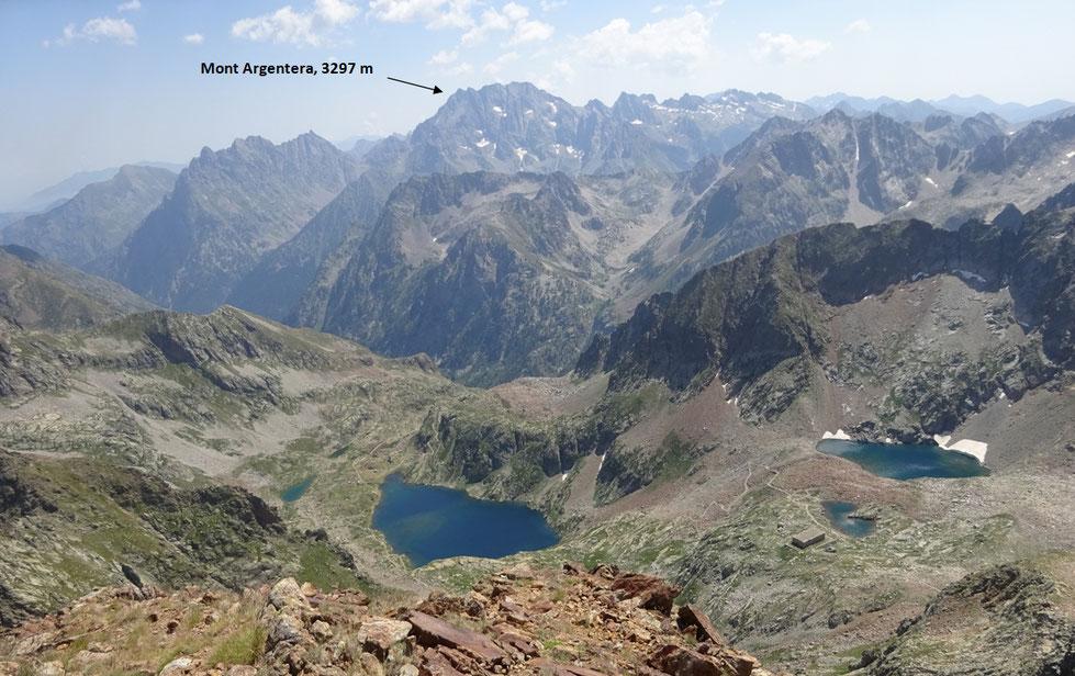 Du sommet du Malinvern, on surplombe les lacs Valscura du côté italien