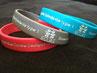 Un  bracelet rouge, un gris et un bleu pour soutenir ECLAS