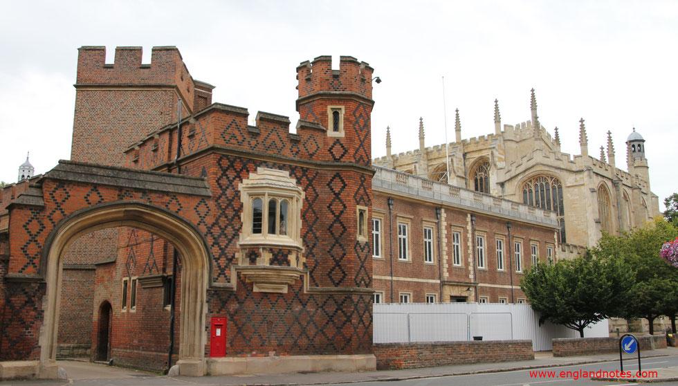 Blick auf das Eingangstor der traditionsreichen Eliteschule Eton College am Ende der High Street von Eton, Berkshire, England.