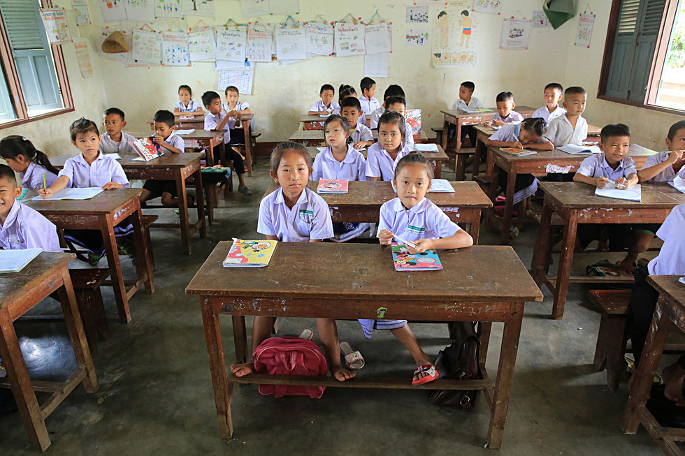 Jeunes écoliers et écolières Laotienne. Etablissement scolaire. Vieng Vang. Laos.