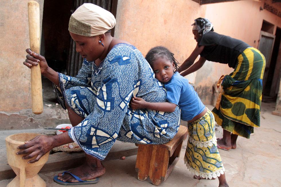 Préparation du repas au pilon. Lomé. Togo.