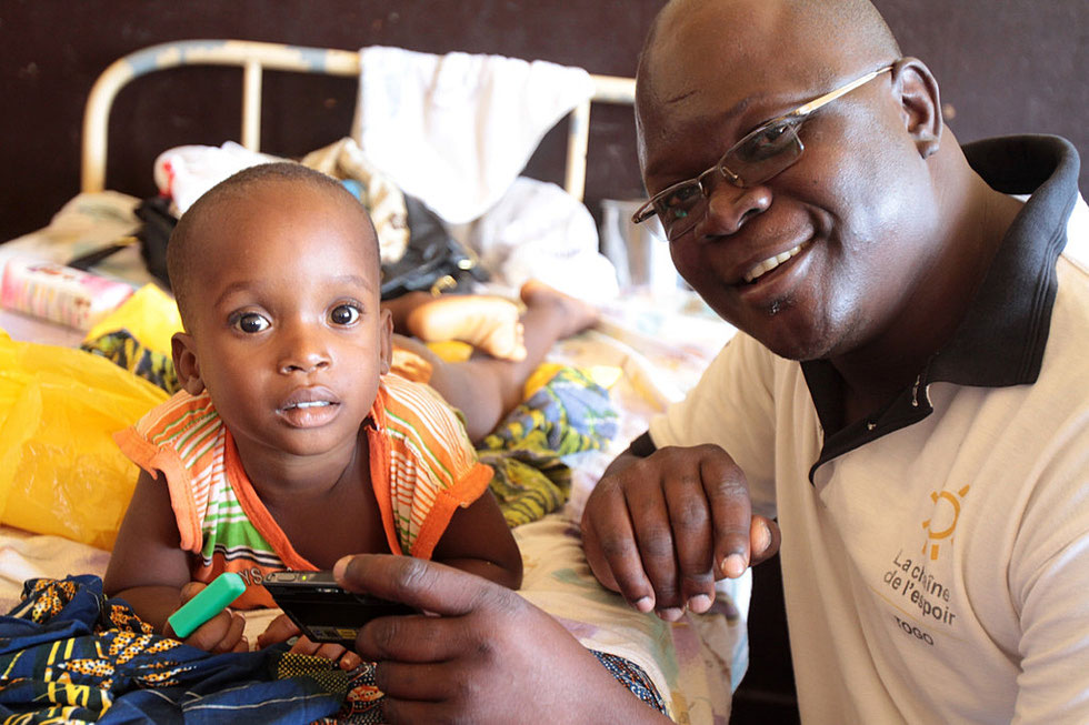 Enfant hospitalisé en neurochirurgie et opéré par la Chaîne de l'Espoir. Hôpital de Lomé. Lomé. Togo.
