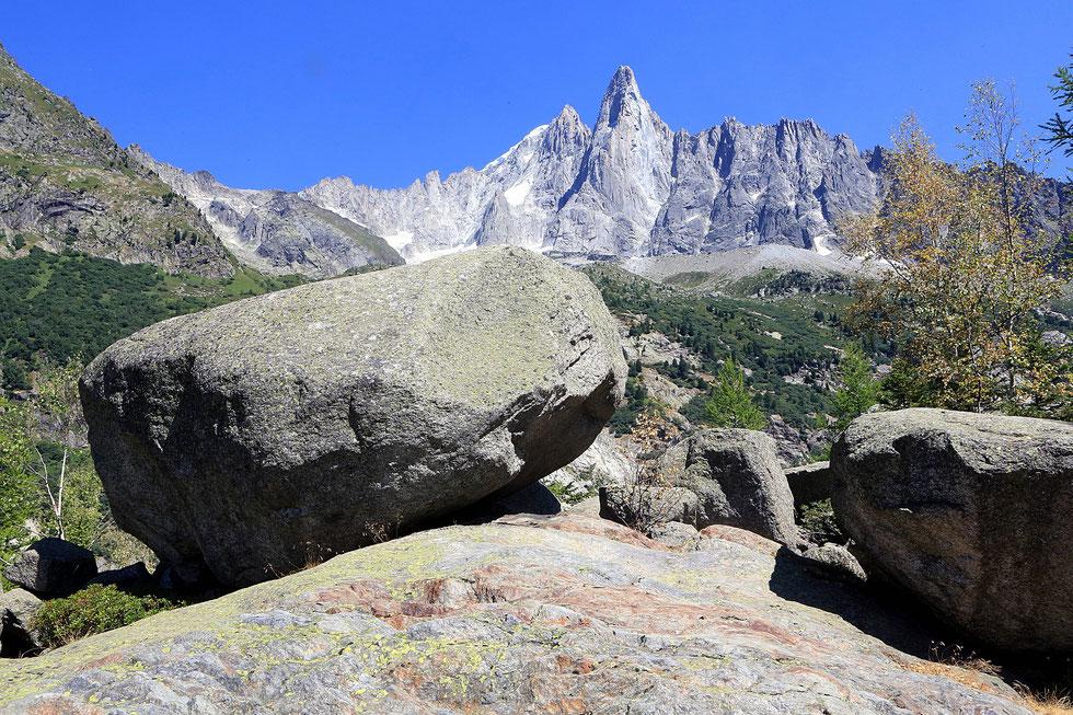 Bloc erratique. Les Drus (3754 m). Le petit Dru (3.730 m) et le grand Dru (3.754 m). Massif du Mont-Blanc. Montenvert. Chamonix Mont-Blanc. Haute-Savoie.