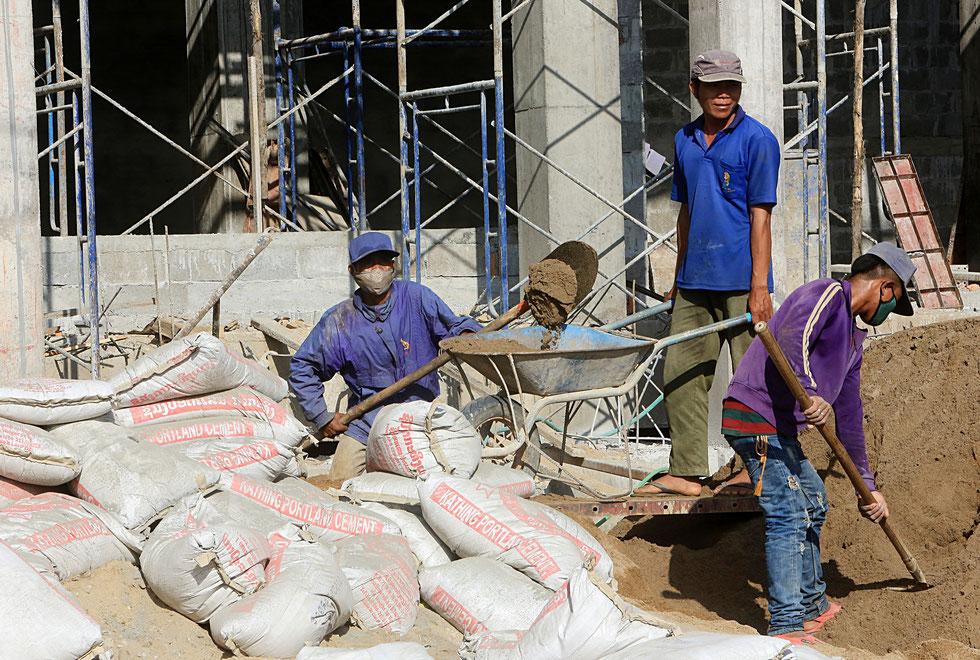 Chantier de construction d'un immeuble. Vang Vieng. Laos.