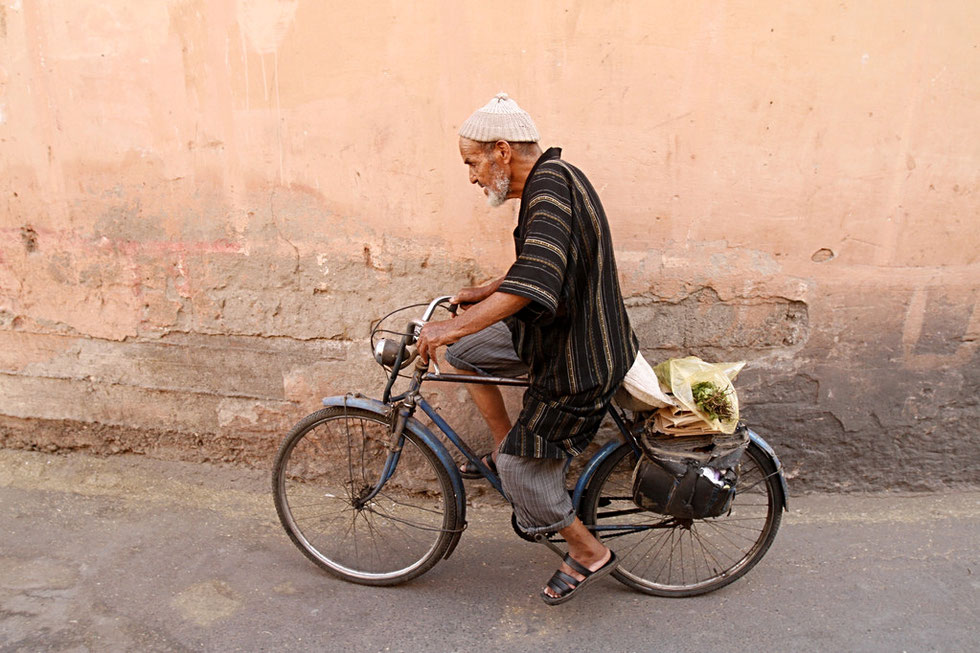 Sénior marrocain à vélo. Marrakech.