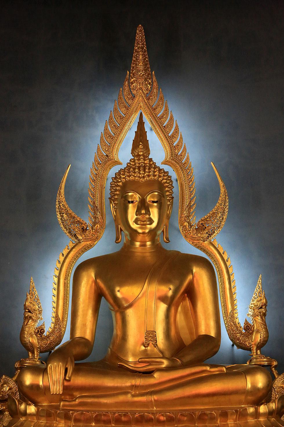 Réplique du  Bouddha de Chinarat du wat Phra Sri Rattana Mahathat dans la province de Phitsanulok. Temple de marbre. Wat Benchama Bophit. 1899. Bangkok.