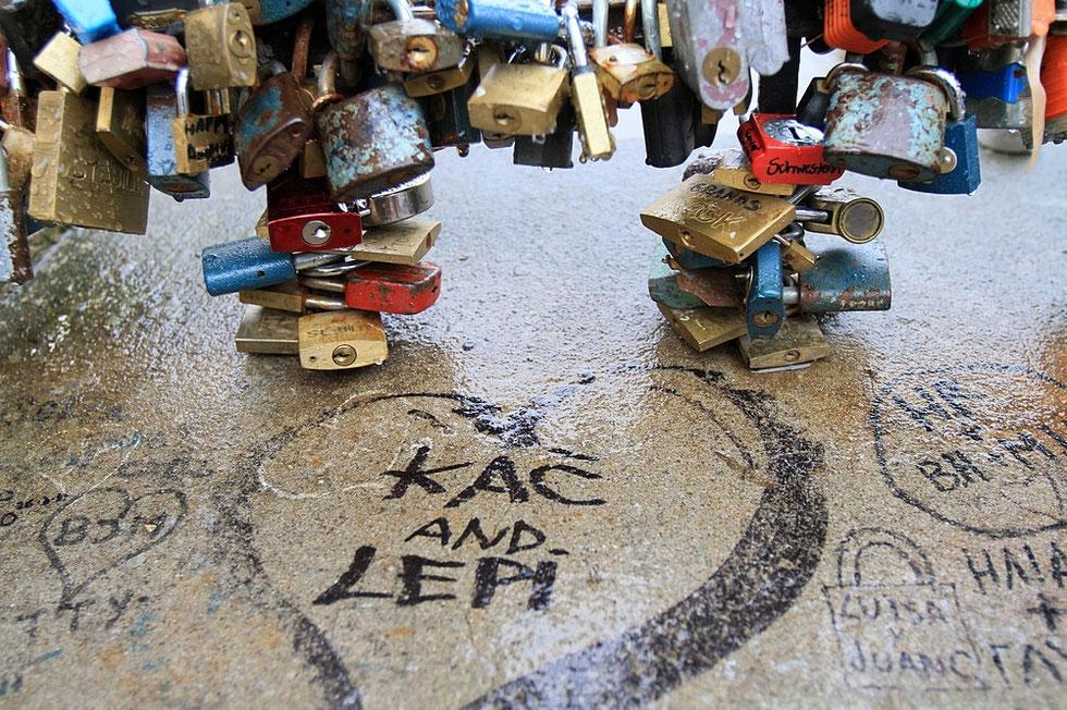 """Cadenas d'amour ou """"lovelocks"""" sur le Pont des Arts. Prague."""