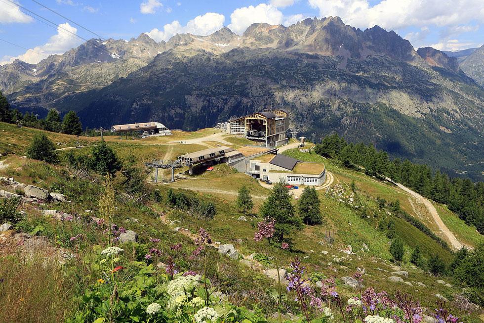 La gare intermédiaire G2 G3 de la Croix de Lognan 1.965 m. Téléphérique des Grands Montets. Argentière. Haute-Savoie.