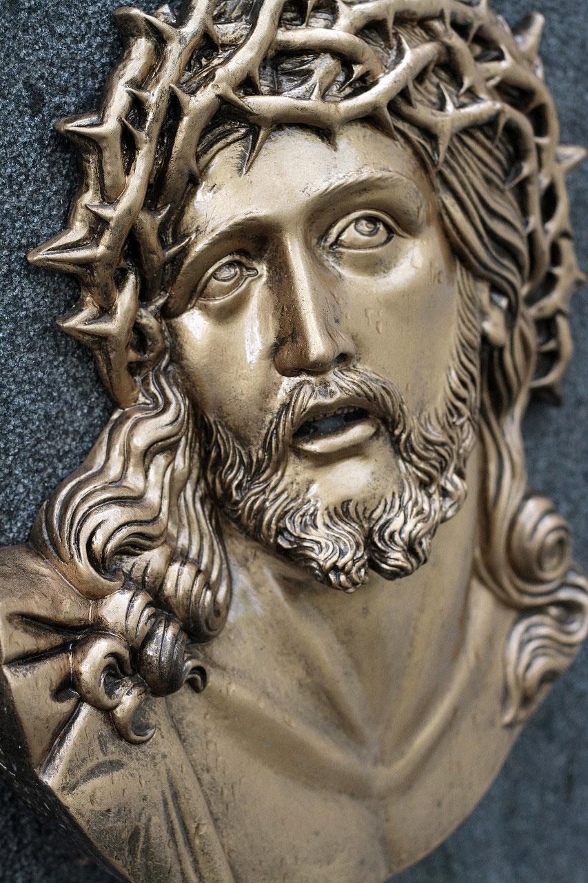 Médaillon de Jésus-Christ sur une pierre tombale. Cimetière Père Lachaise.