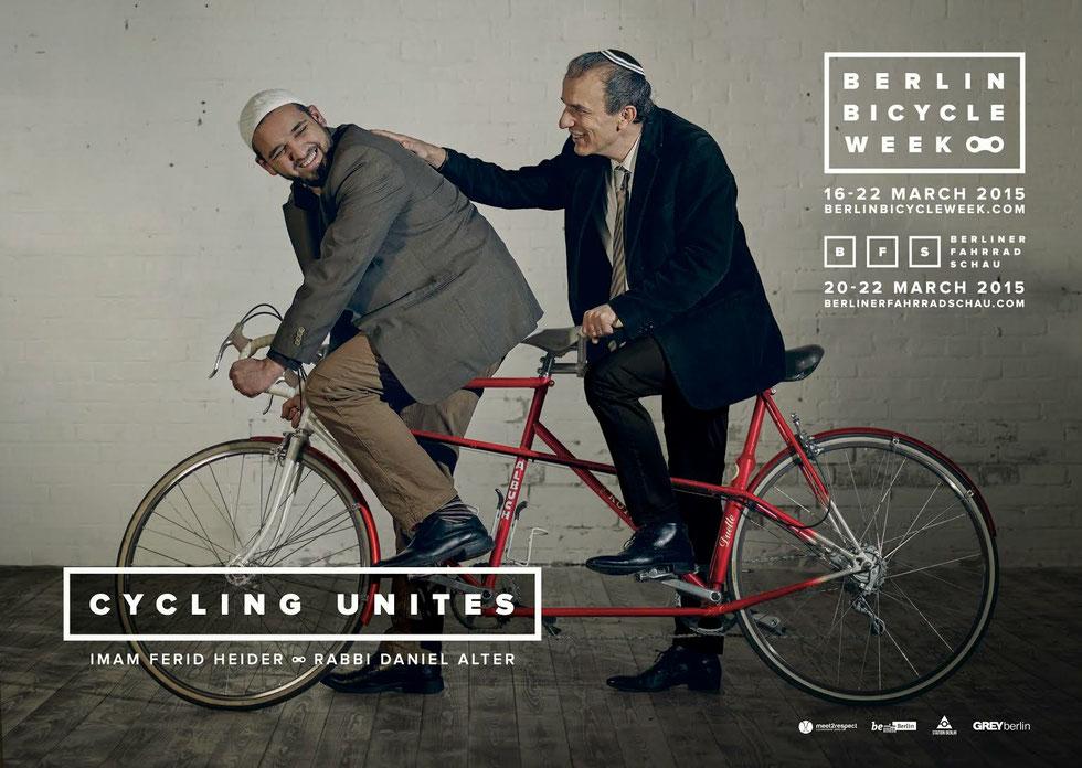 campagne de publicité montrant un rabbin et un imam sur un vélo tandem rouge