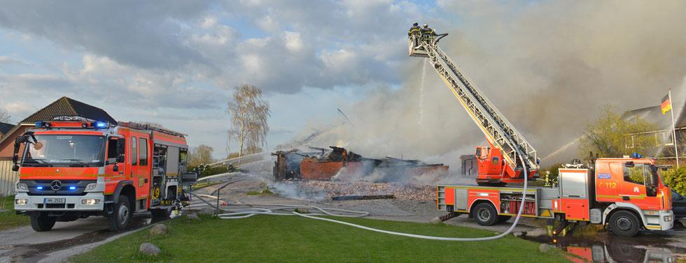 18.04.2015 - Historischer Bauernhof in Flammen.