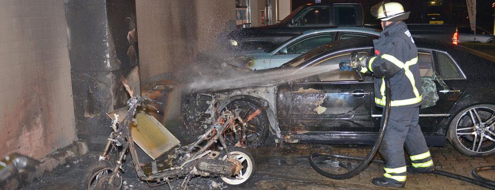 26.06.2015 - Roller und Pkws brennen an einer Tankstelle.