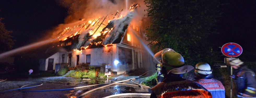 23.07.2015 - Reetdachhaus steht in Flammen.