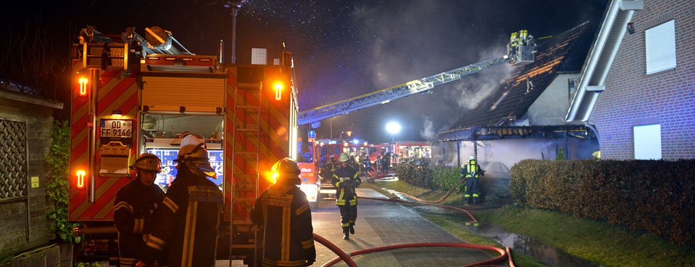 03.01.2016 - Pkw-Brand greift auf Carport und Dachstuhl über.