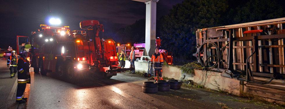 10.09.2015 - A1 -Anhänger nach Unfall umgekippt.