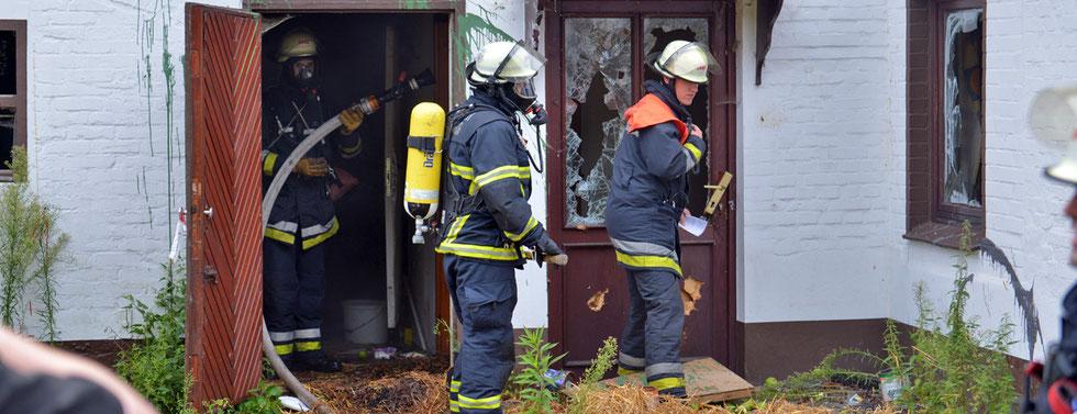 "16.08.2015 - Kirchsteinbek - Feuer im ""Geisterhaus""."