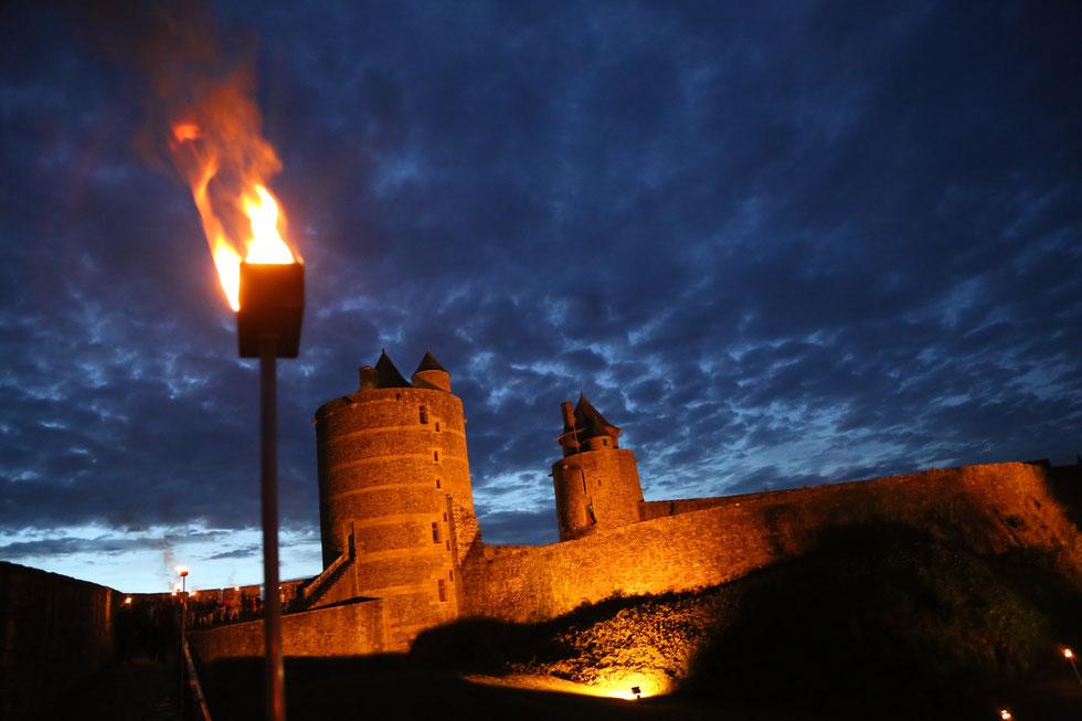 L'été, le château se visite à la lumière des flambeaux© Ville de Fougères
