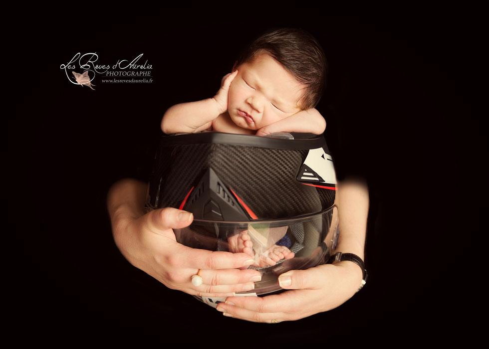 Photo de bébé dans casque de moto, photographe nouveau-né Var