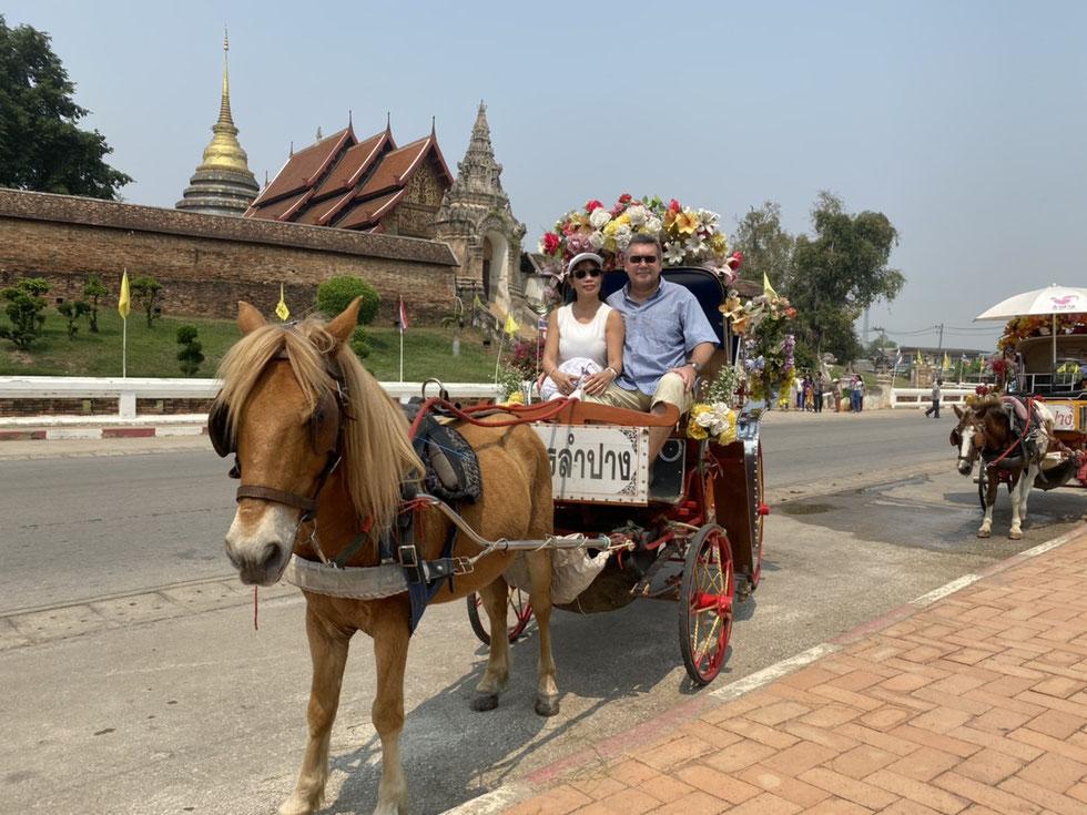 Der Autor mit thailändischer Freundin in Lampang, März 2020