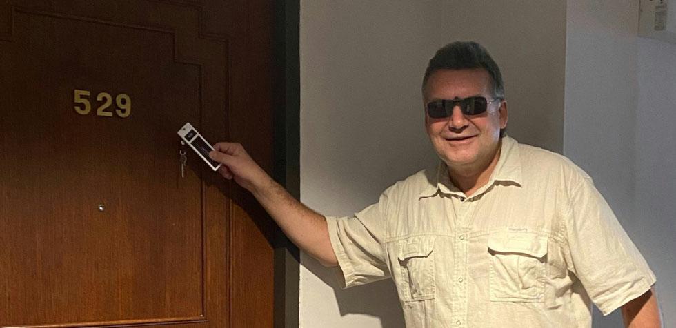 Der Autor in Raum 529 mit dem Schlüssel der Chronologiekonstruktion in der Hand, The Imperial Hotel and Convention Center, Pitsanulok