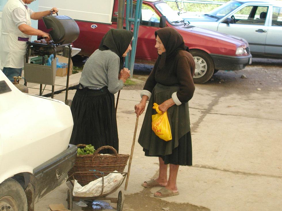 Alte Frauen am Marktplatz in Beius