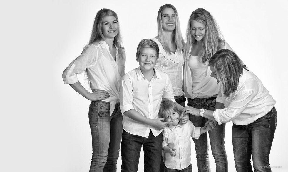 familienfotos, familienfotos ideen, moderne Fotos, gruppenfotos, kinderfotos, fotostudio lichtecht, fotografen sachsen, kinderfotos, portraits, bpp, ben pfeifer, fotoshooting familie, family, photography family, fotostudio chemnitz, fotograf chemnitz, gut