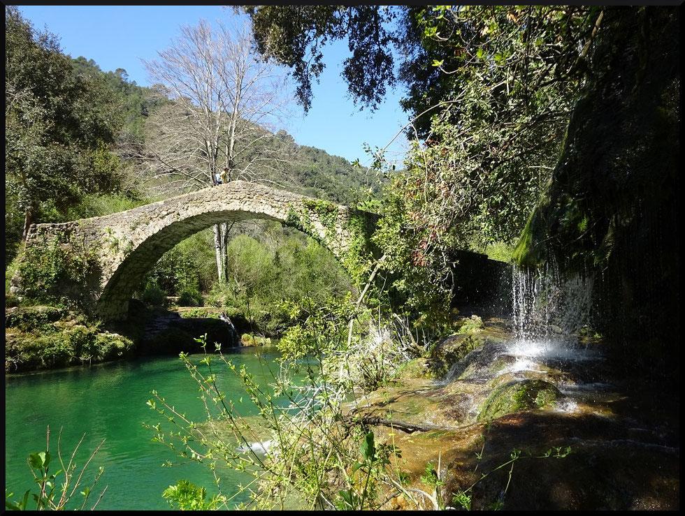 Le pont des Tuves qui permet de rejoindre le village de Montauroux dans le Var