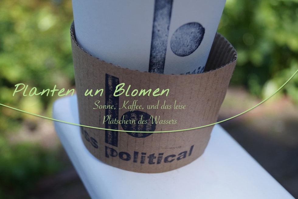 Mit einem Kaffee von Less Political bei Planten un Blomen