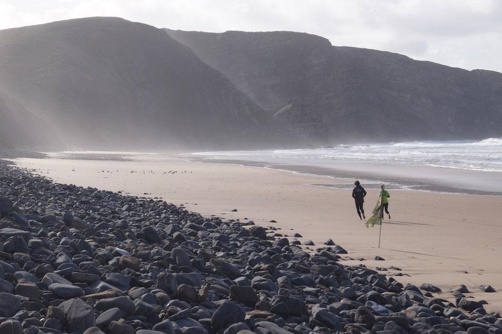Praia de Arrifana: Aufwärmen vor dem Surfen