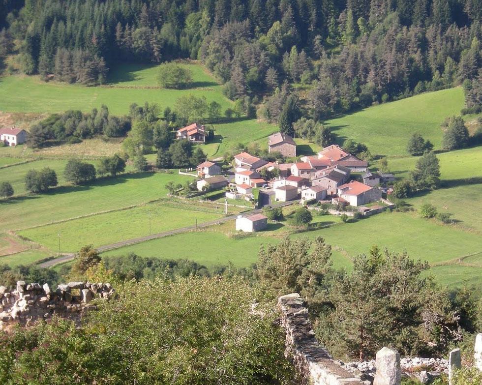 Vue du hameau du Crozet prise de l'ancien cimetière de Montarcher.